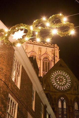 Christmas_lights_and_the_Minster_in_York